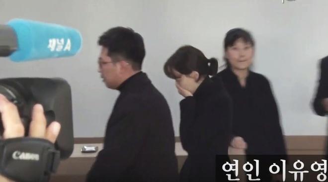 Ban gai khoc nuc no khi nhieu nghe si den vieng Kim Joo Hyuk hinh anh