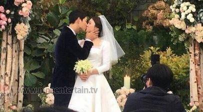 Song Joong Ki hon Song Hye Kyo say dam trong le cuoi hinh anh