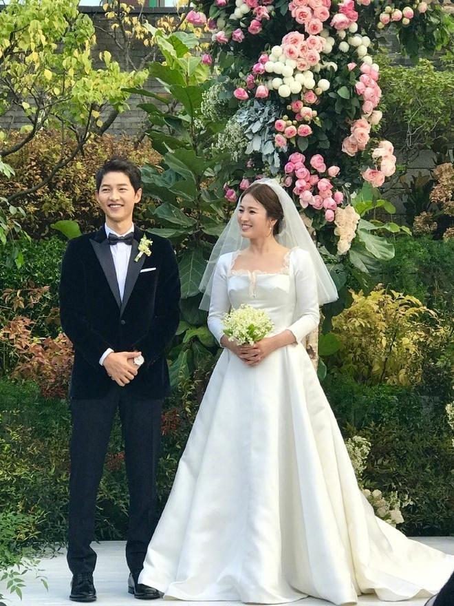 Hon le Song Joong Ki, Song Hye Kyo: Khoc cuoi va nhung dieu la lung hinh anh 1