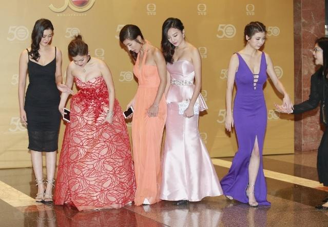 Hoa hau Hong Kong gay tranh cai ve trang phuc anh 10