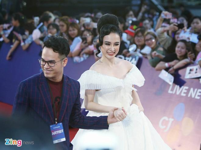 Angela Phuong Trinh, Diem My 9X goi cam tren tham do MAMA 2017 hinh anh