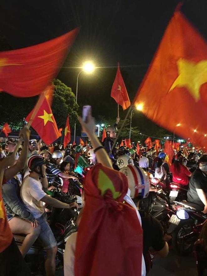 Sao Viet Xuong Duong 'Di Bao' Mung Chien Thang Cua U23 Viet Nam Hinh
