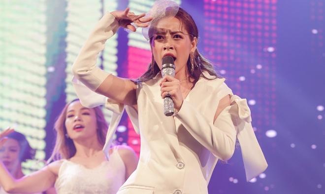 Clip nhung lan Chi Pu hat live: He cam mic la thanh tham hoa hinh anh