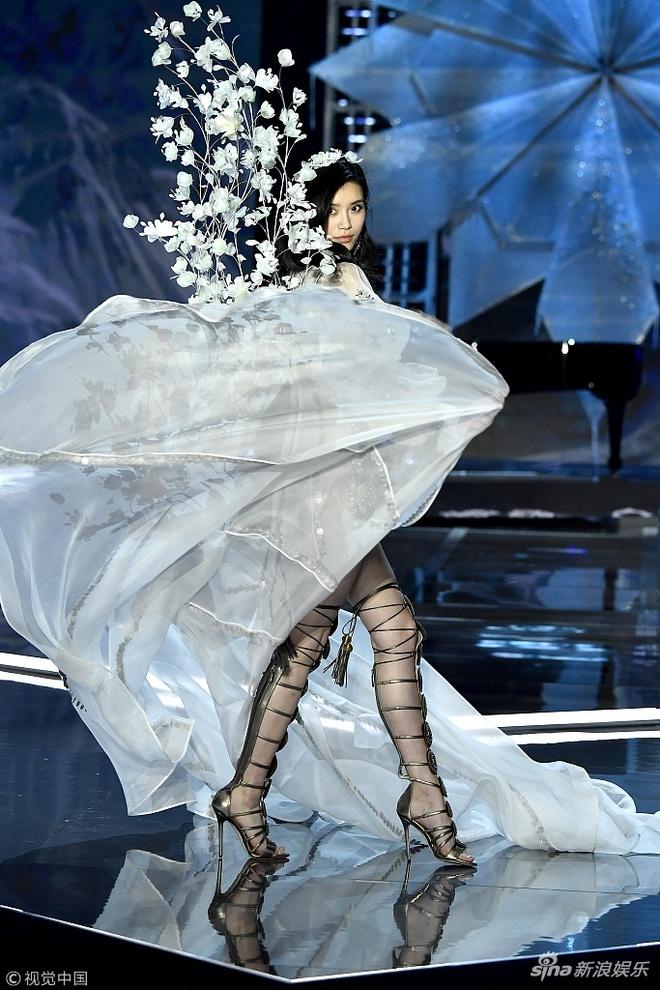Show Victoria's Secret: Sieu mau Trung Quoc catwalk loi, nga song soai hinh anh 2