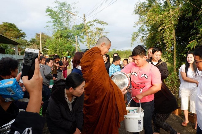 Ban gai va hang nghin nguoi du le tu hanh cua tai tu Thai Lan hinh anh 8