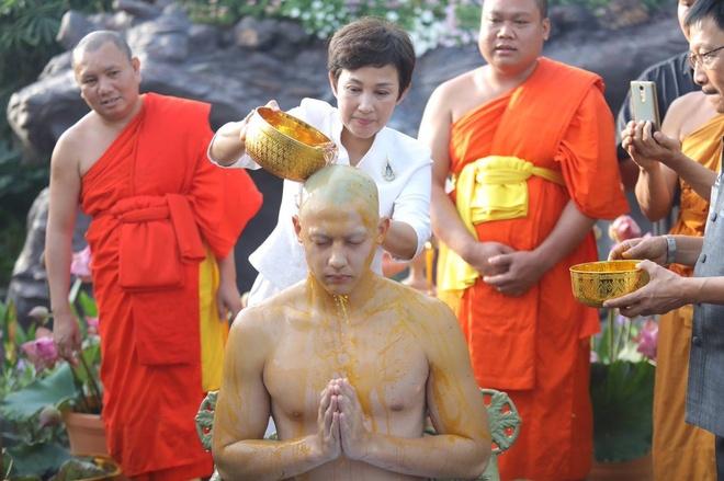 Ban gai va hang nghin nguoi du le tu hanh cua tai tu Thai Lan hinh anh 3