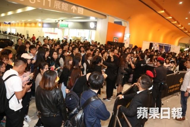 MAMA o Hong Kong: Luc luong an ninh day hang rao duoi khan gia hinh anh 4