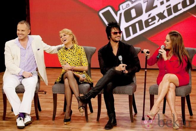 HLV The Voice Mexico nga xuong ho san khau khi dang bieu dien hinh anh 3