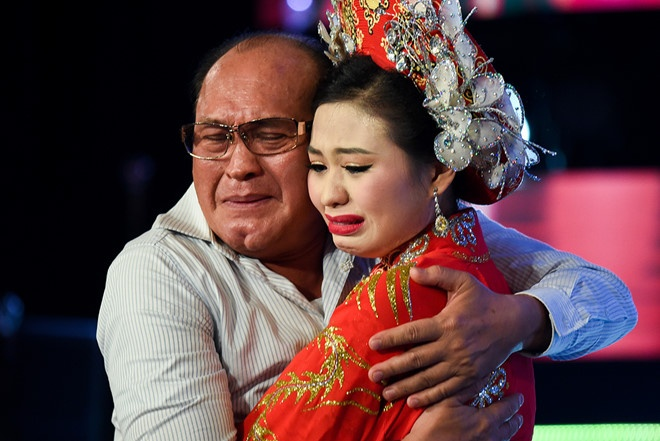 Khan gia: 'Le Giang va Sau anh hao quang hay xin loi Duy Phuong' hinh anh