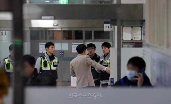 Fan Han Quoc tuc truc ben ngoai benh vien tuong nho Jong Hyun (SHINee) hinh anh 4