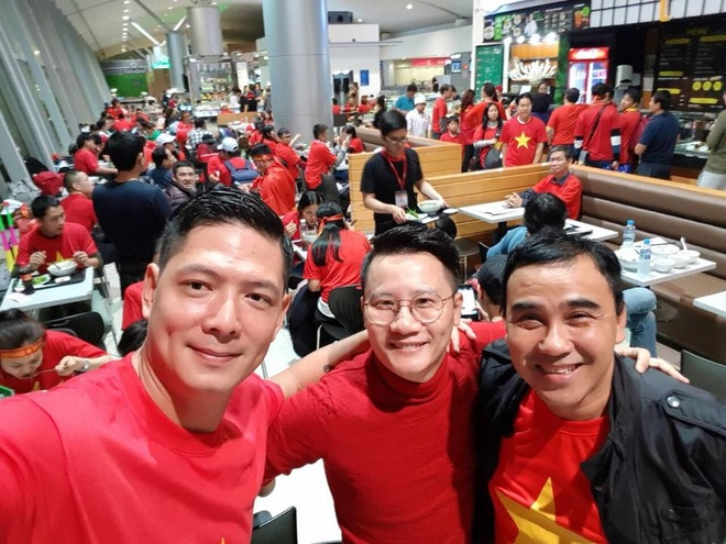 Binh Minh, Quyen Linh va cac nghe si toi Thuong Chau co vu U23 VN hinh anh 1