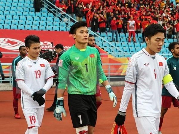 Sao Viet nhac nho Bui Tien Dung va U23 Viet Nam 'dung yeu gai showbiz' hinh anh 3