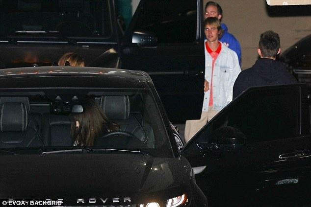 Justin Bieber nhoai nguoi hon Selena Gomez giua sanh khach san hinh anh 3