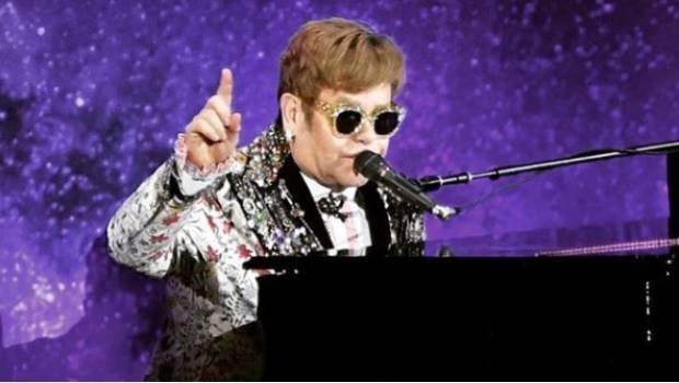 Clip Elton John bo ngang san khau khi bi khan gia dung cham hinh anh