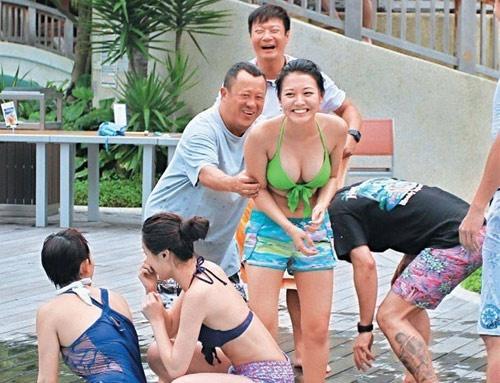 Sao nu Trung Quoc phai hau tiec dem ngay: 'Phu nu mai de mua vui?' hinh anh
