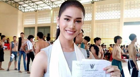 Hoa hau chuyen gioi Thai Lan gay chu y khi di kham nghia vu quan su hinh anh