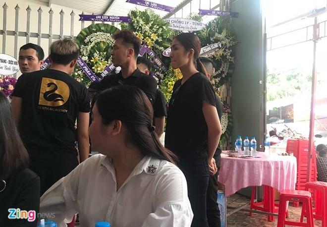 Tang Thanh Ha, H'Hen Nie, Dong Nhi khoc nghen khi vieng stylist Mi Goi hinh anh 2