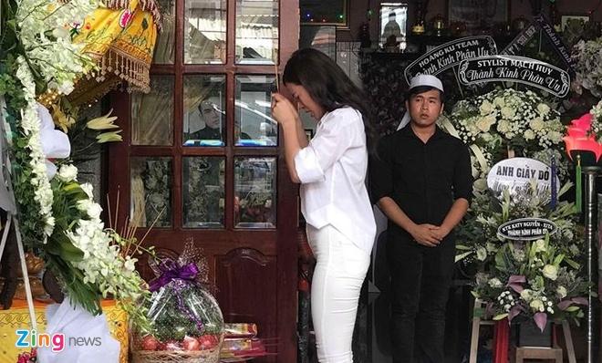 Tang Thanh Ha, H'Hen Nie, Dong Nhi khoc nghen khi vieng stylist Mi Goi hinh anh 3