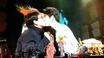 Thanh Long gay tranh cai khi khoa moi Vuong Luc Hoanh tren san khau hinh anh 1