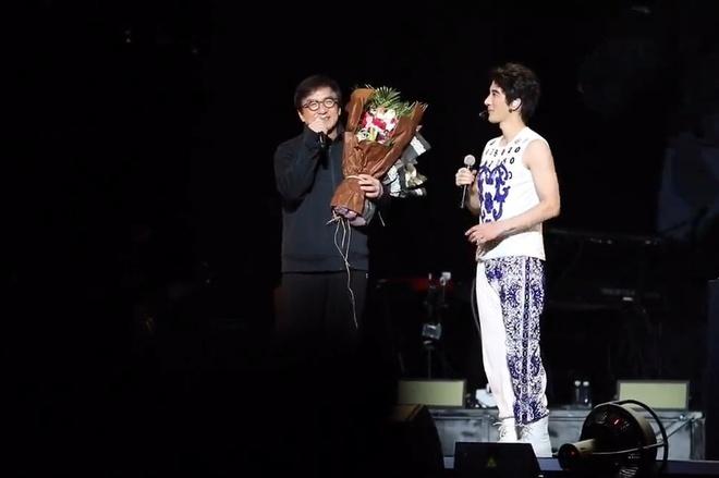 Thanh Long gay tranh cai khi khoa moi Vuong Luc Hoanh tren san khau hinh anh 2
