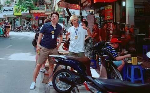 Dan sao Han an tren via he, dao pho phuong Ha Noi hinh anh