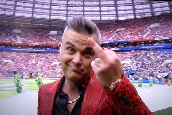 Robbie Williams giai thich hanh dong gio 'ngon tay thoi' o World Cup hinh anh
