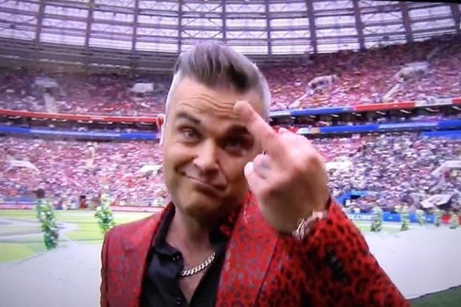 Robbie Williams giai thich hanh dong gio 'ngon tay thoi' o World Cup hinh anh 2