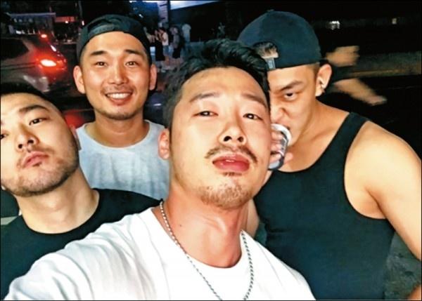 Yoo Ah In bi bat gap den bar gay o Trung Quoc hinh anh 1