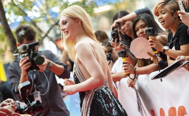 'Nang tho Hollywood' Elle Fanning mac tao bao tren tham do hinh anh