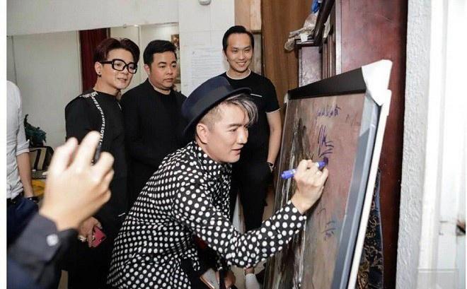 Dam Vinh Hung xin loi sau khi bi chi trich gay gat vi ky ten len tranh hinh anh