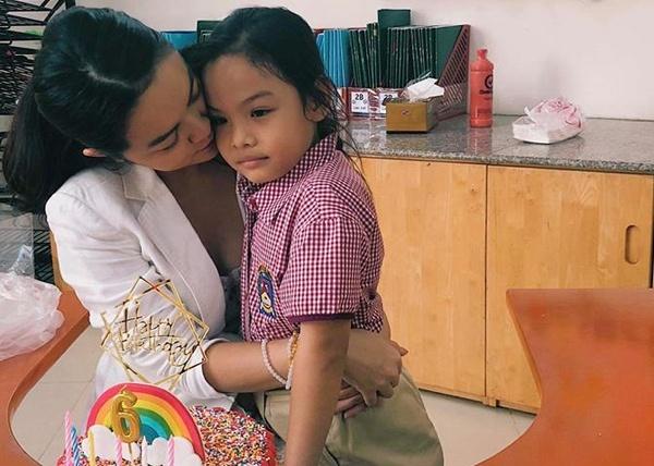 Pham Quynh Anh va Quang Huy ben nhau mung sinh nhat con gai hinh anh 2