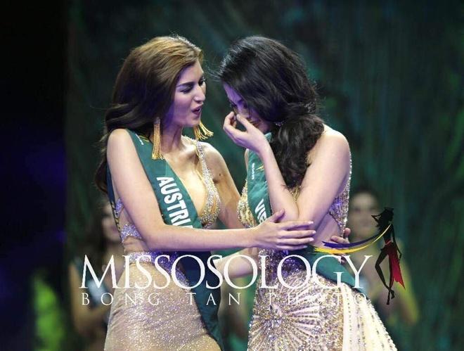 Phương Khánh ôm mẹ khóc trên sân khấu khi đăng quang Hoa hậu Trái đất