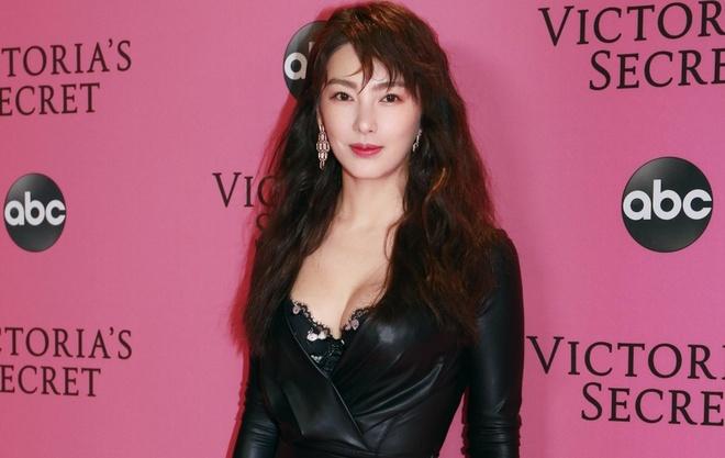 Truong Vu Ky bi che khi du tham hong Victoria's Secret Show 2018 hinh anh