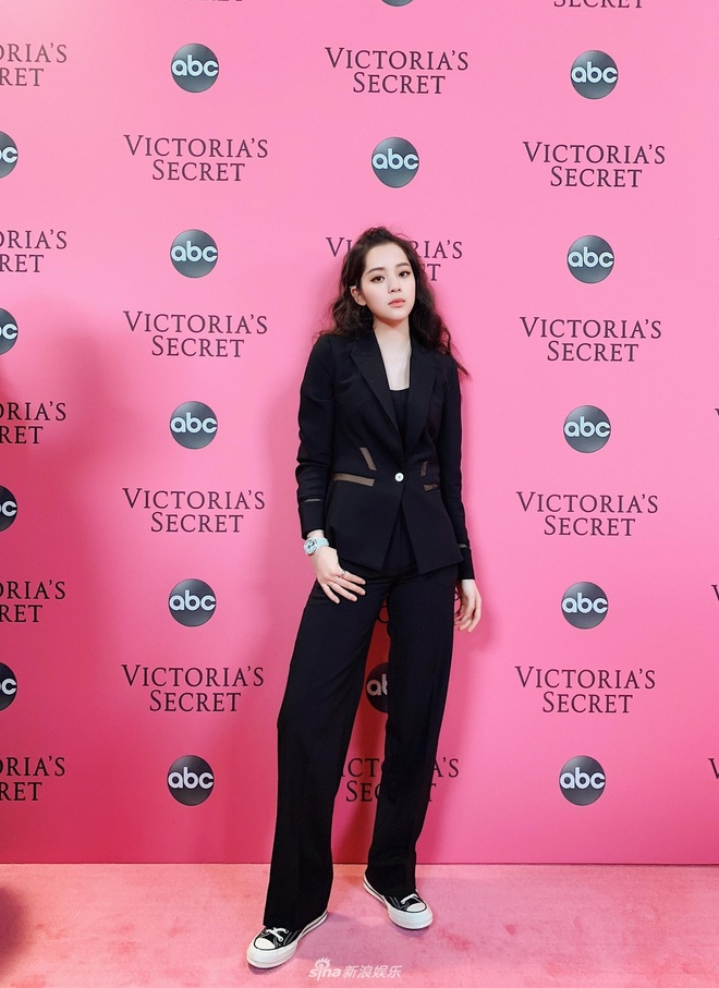 Truong Vu Ky bi che khi du tham hong Victoria's Secret Show 2018 hinh anh 4