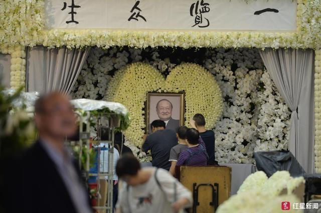 Gia dinh lo tang le Kim Dung, Jack Ma va Luu Duc Hoa gui hoa vieng hinh anh