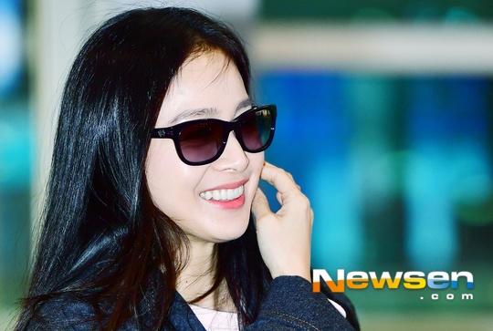 Kim Tae Hee rang ngoi tai san bay truoc gio toi Ha Noi hinh anh