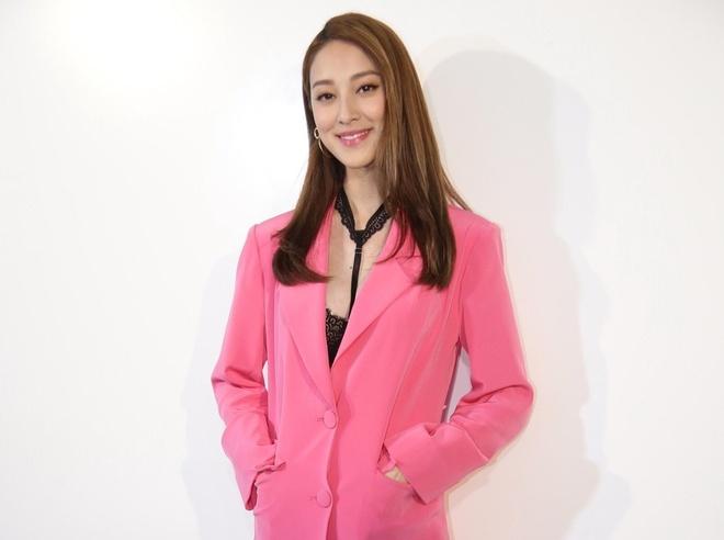Hoa hau Hong Kong bi phan doi vi di giay cao got khi mang bau hinh anh
