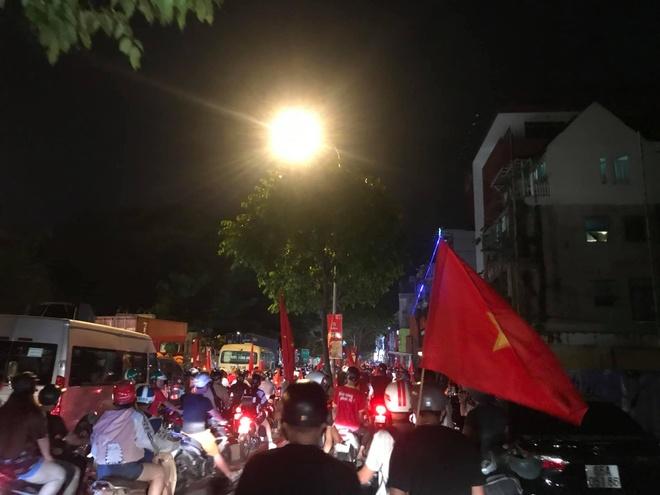 Trên trang cá nhân cách đây ít phút, MC Trần Anh Huy đăng ảnh dưới đường phố. Con phố tắc nghẽn với cờ đỏ và sao vàng.