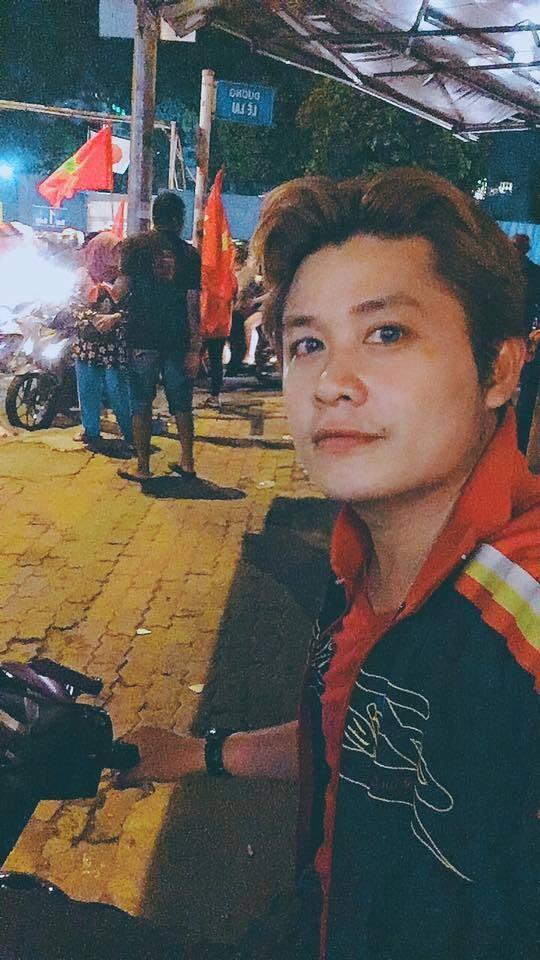 """Nhạc sĩ Nguyễn Văn Chung """"đi bão"""" vào tối muộn. Anh cho biết tuyến phố Lê Lai, Trương Định chật kín người."""