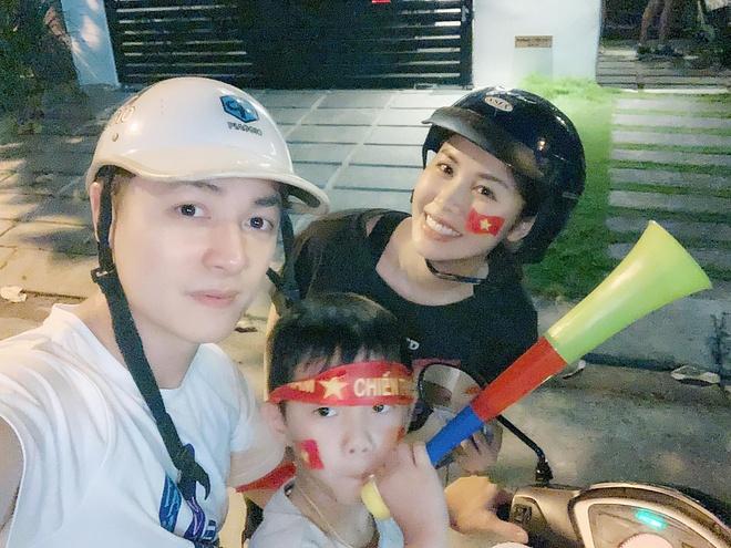 Gia đình Đăng Khôi đi xe máy bão sau chiến thắng của đội nhà.