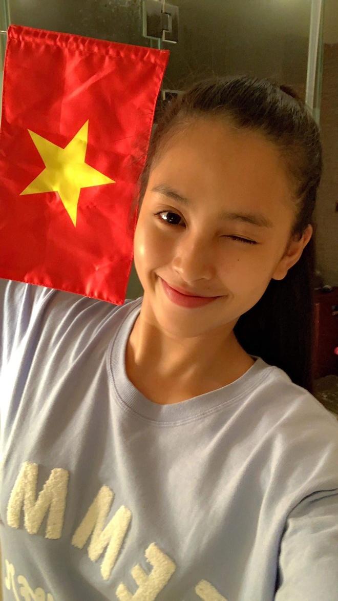 """Chia sẻ từ Trung Quốc, Hoa hậu Việt Nam 2018 Tiểu Vy mừng vui: """"Giờ này tại Sanya các thí sinh đã ngủ, Vy vui quá phải thức dậy mừng chiến thắng đã. Vy tưởng tượng ra không khí ở Việt Nam chắc chắn rất náo nhiệt. Tuy ở đây một mình nhưng Vy cũng ăn mừng. Chúc mừng đội tuyển Việt Nam, thật tự hào về các cầu thủ của chúng ta""""."""