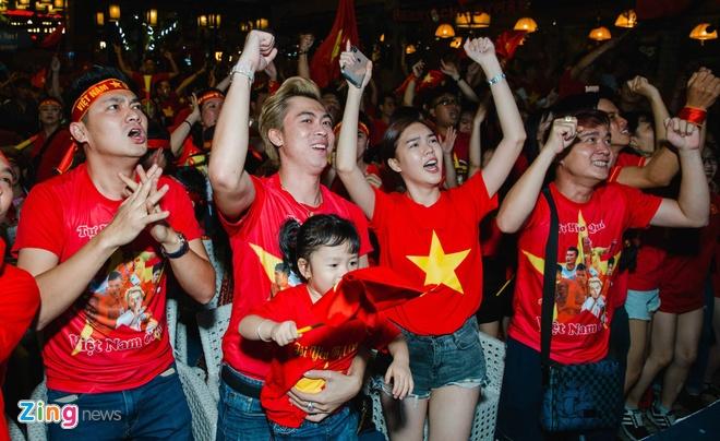 Hang loat sao Viet xuong duong di bao mung chuc vo dich AFF Cup 2018 hinh anh 4