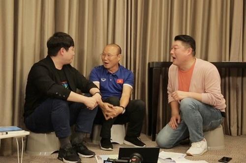 Clip Park Hang-seo va hinh anh tuyen U23 Viet Nam tren song SBS hinh anh