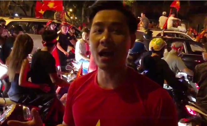 Tuan Hung lai sieu xe di bao mung Viet Nam vao tu ket Asian Cup hinh anh 4