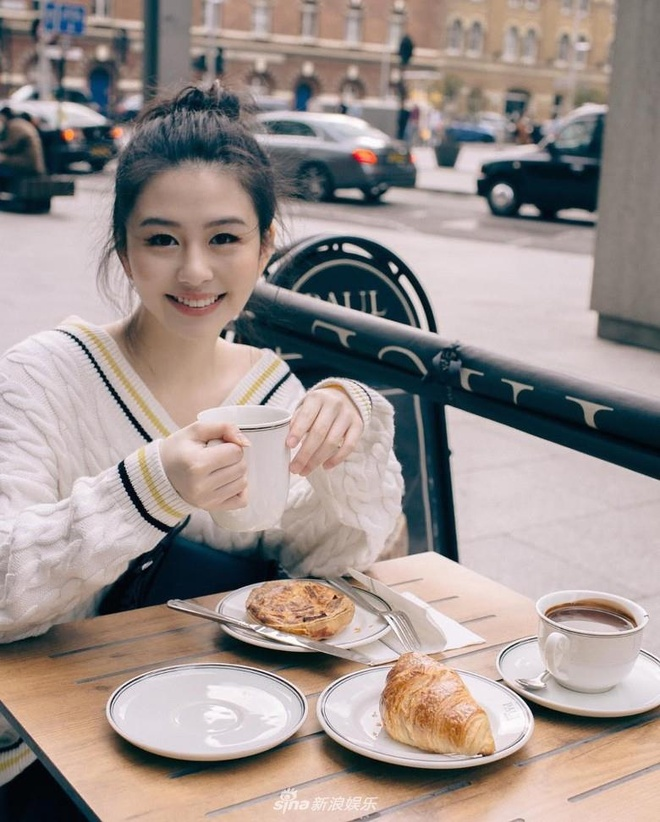 Con gai 'bieu tuong goi cam Hong Kong' duoc khen dep khong kem me hinh anh 2