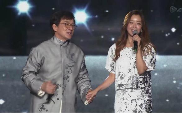 Thanh Long - Kim Hee Sun gay xuc dong voi ca khuc gan voi tuoi tho 8X hinh anh
