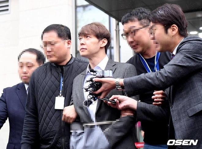 Park Yoochun bi cong tay, troi bang day thung khi roi toa an hinh anh 4
