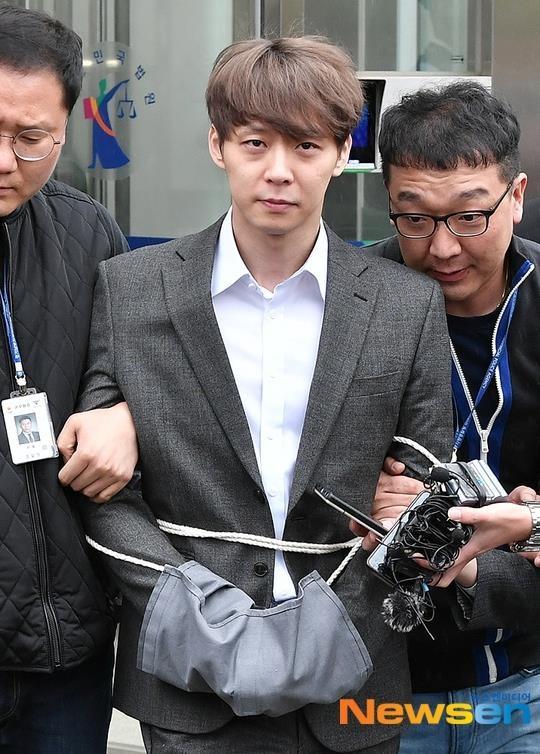 Park Yoochun bi cong tay, troi bang day thung khi roi toa an hinh anh 2
