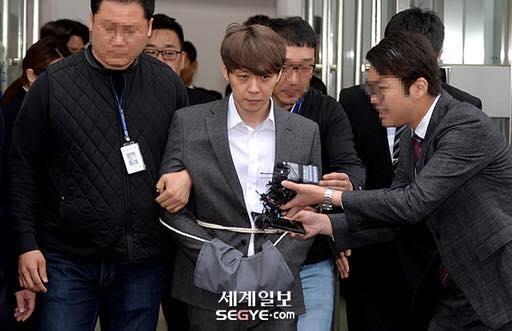 Park Yoochun bi cong tay, troi bang day thung khi roi toa an hinh anh 1