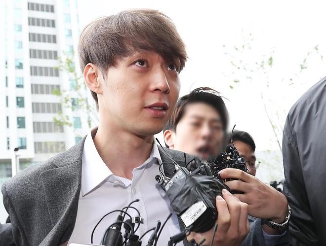 Park Yoochun bi cong tay, troi bang day thung khi roi toa an hinh anh 7